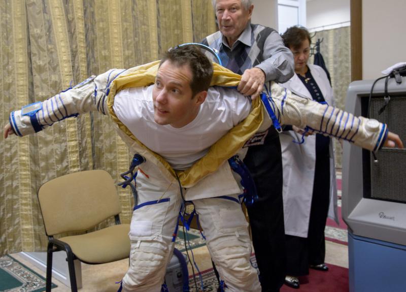 Французский астронавт Тома Песке облачается в российский скафандр «Сокол-К». Фото с сайта https://astropeggy.tumblr.com/