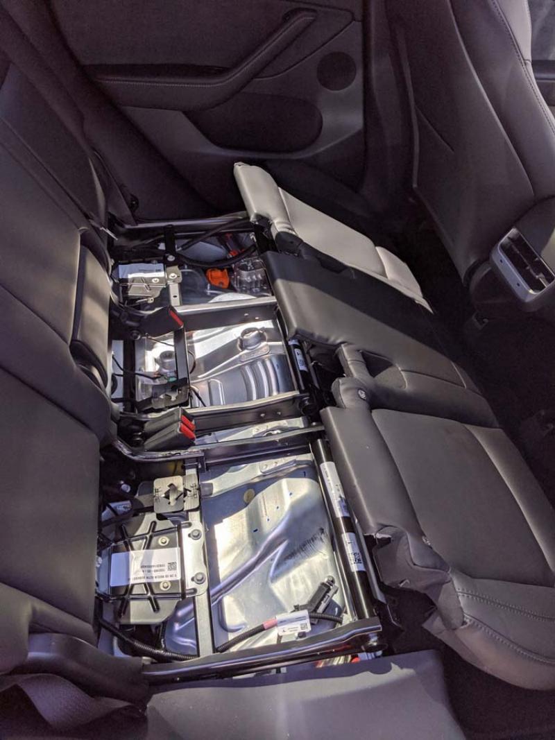 Плохо закрепленное заднее сиденье в Tesla Model Y