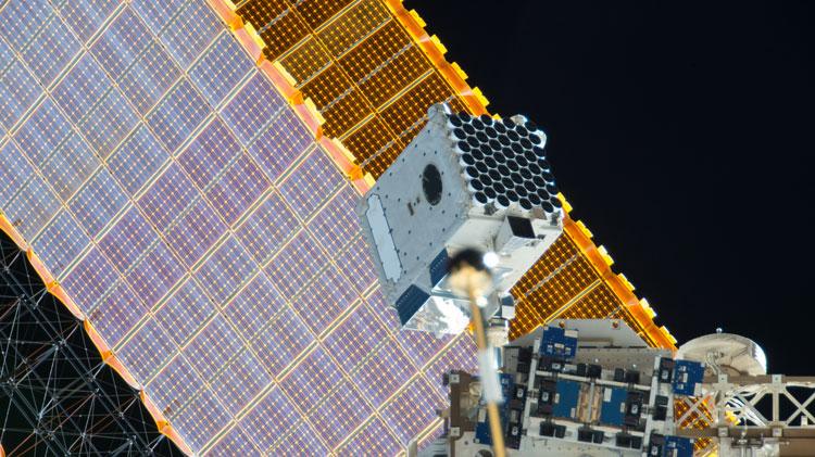 Блок рентгеновского телескопа NICER на борту МКС на фоне солнечной панели (NASA)