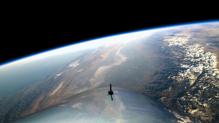 Вид из кабины космического корабля компании Virgin Galactic в ходе первого тестового полёта