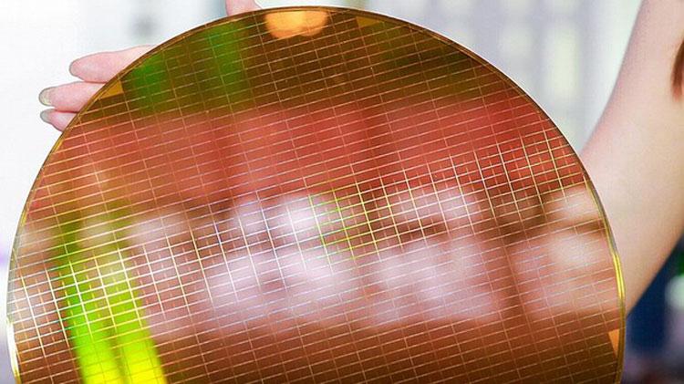 Пример не разрезанной 300-мм пластины с чипами флеш-памяти (YMTC)