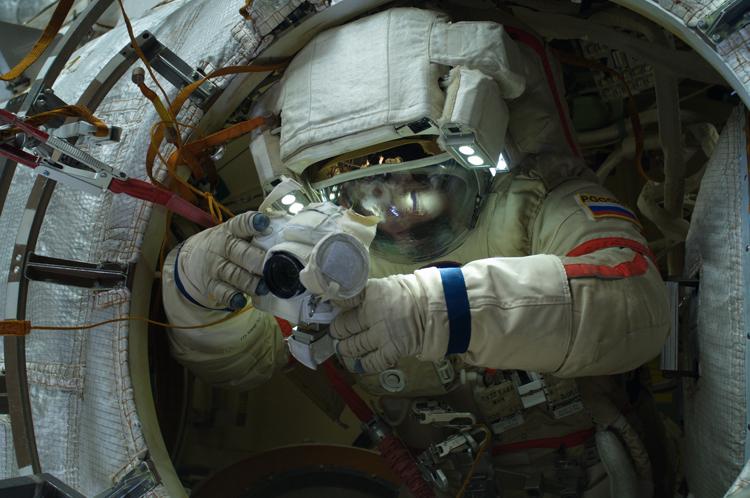 Космический турист проведёт в открытом космосе около полутора часов