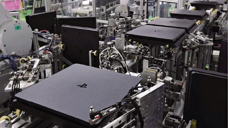 Приставки Sony на сборочном конвейере (Nikkei, фото Kento Awashima)