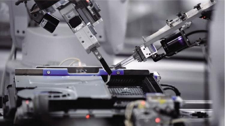 Робот устанавливает кабели в разъёмы на плате (Nikkei, фото Kento Awashima)