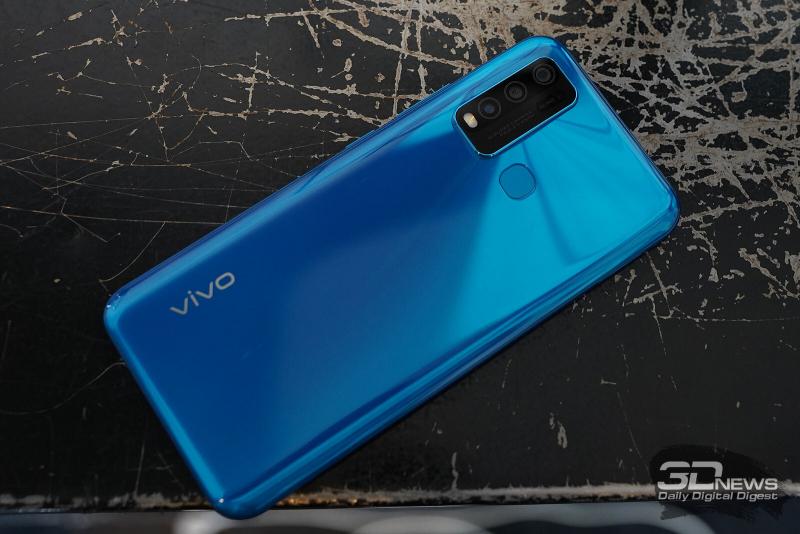 vivo Y30, задняя панель: в углу — блок камеры с четырьмя модулями и одинарной светодиодной вспышкой; по центру — сканер отпечатков