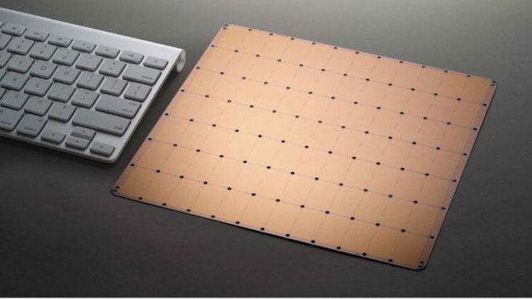 Кристалл процессора Cerebras рядом с клавиатурой