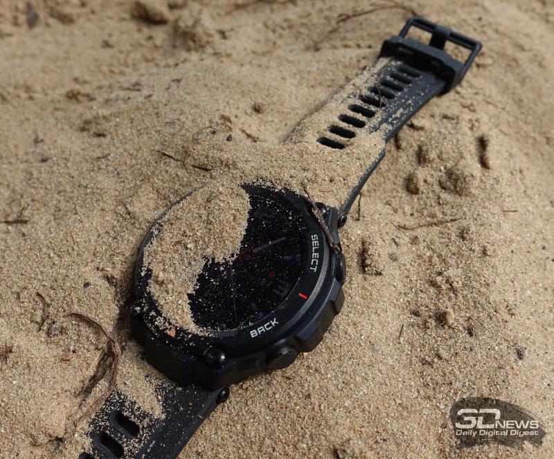 Работа часов Amazfit T-Rex в песке