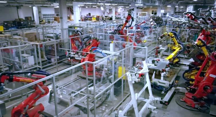 Видео: на Гигафабрике Tesla в Неваде роботы делают аккумуляторы
