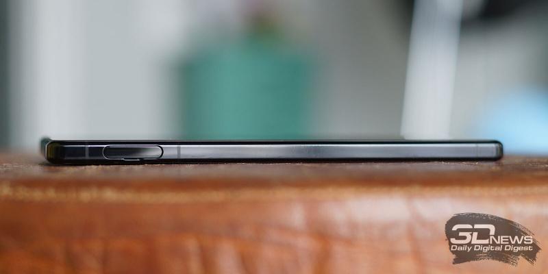 Sony Xperia 1 II, левая грань: слот для SIM-карт и/или карты памяти microSD