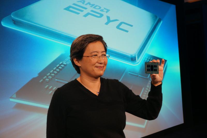 Лиза Су, CEO AMD держит образец процессора Rome. Видны чиплеты