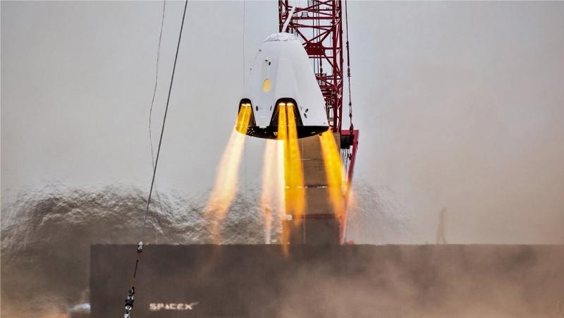 Отработка двигательной установка корабля Dragon 2 при зависании в воздухе. Фото SpaceX