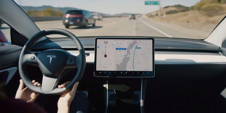 За год автопилот Tesla значительно улучшил показатели безаварийности