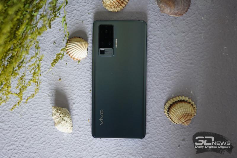 vivo X50 Pro, задняя панель: в углу — блок с четырьмя объективами камер, сбоку от него — тройная светодиодная вспышка