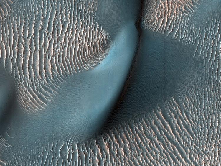 Фото дня: потрясающие снимки Марса в честь пятнадцатилетия орбитальной станции MRO