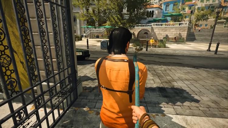 Кадр: игрок касается ломом плеча охранника, чтобы через секунду вырубить его ударом по лицу