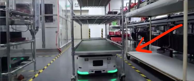 Робот, перевозящий тележки