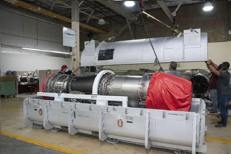 Работники NASA распаковывают только чо полученные двигатели (NASA/Ken Ulbrich)