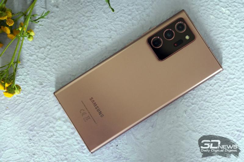 Samsung Galaxy Note20 Ultra, задняя панель: в углу — блок с тремя крупными объективами камер, датчиками, лазерным помощником автофокуса и одинарной светодиодной вспышкой