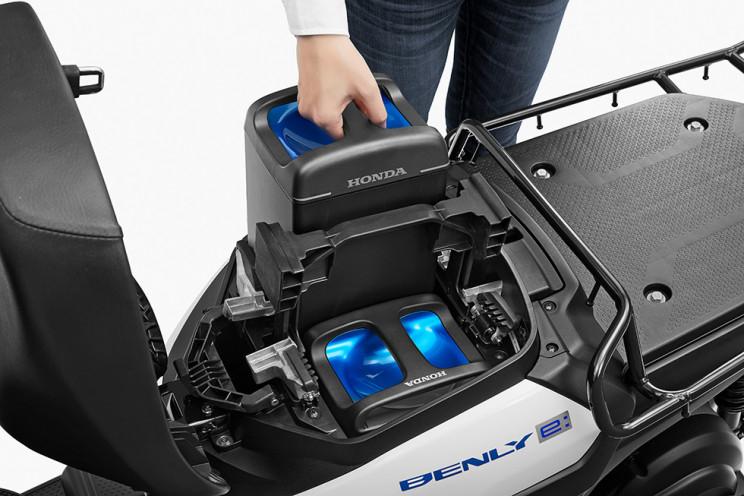 замена аккумулятора в Honda Benly