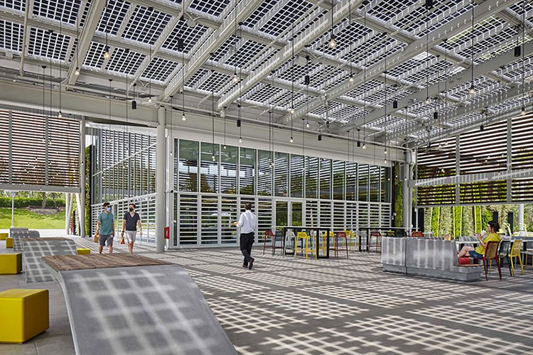 McDonald's построила первый автономный ресторан на солнечных батареях