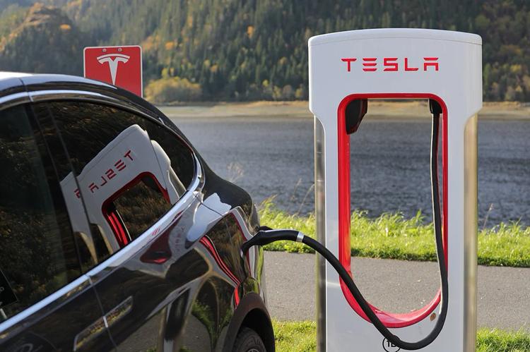 Брешь в системе Tesla позволяет бесплатно заряжать через станции Supercharger любой электромобиль в Европе