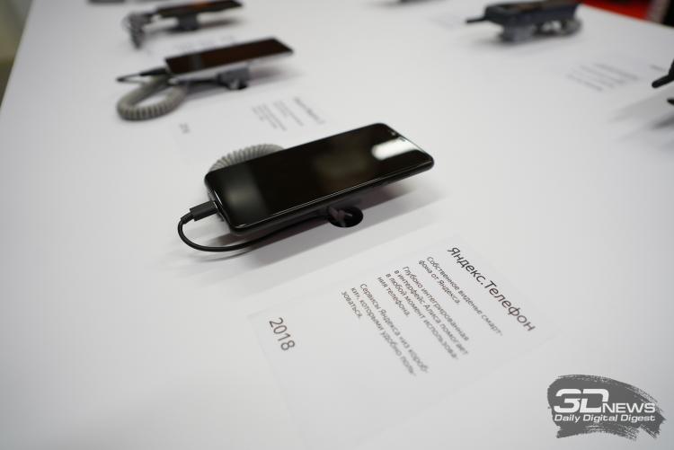 Погружение в ностальгию: «Яндекс» открыл в Москве выставку знаковых мобильных телефонов