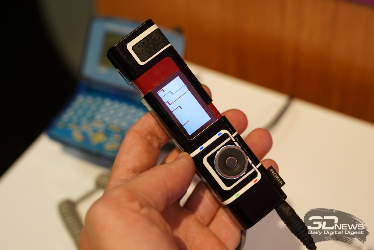 Nokia 7280 — безкнопочный эксперимент (номер набирался колёсиком), похожий на флакон туши, 2005 год