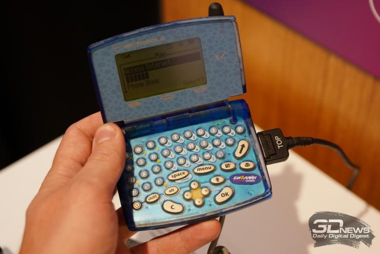 Motorola V100 — подобие мини-ноутбука, 2002 год
