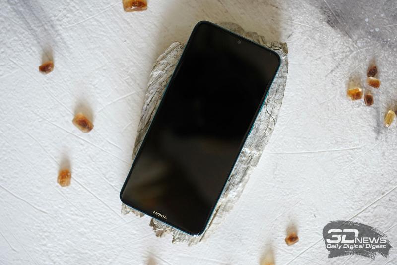 Nokia 5.3, лицевая панель: в верхней части — фронтальная камера в вырезе и разговорный динамик