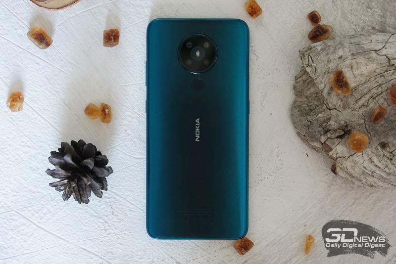 Nokia 5.3, задняя панель: блок с четырьмя камерами и одинарной светодиодной вспышкой, под ним — сканер отпечатков пальцев