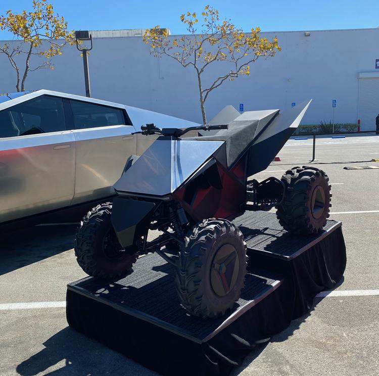 Фото дня: прототипы Tesla Roadster, Cybertruck, Semi и Cyberquad