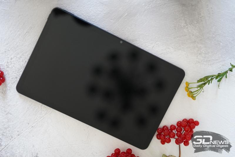 Honor Pad V6, лицевая панель: над экраном — фронтальная камера и индикатор зарядки