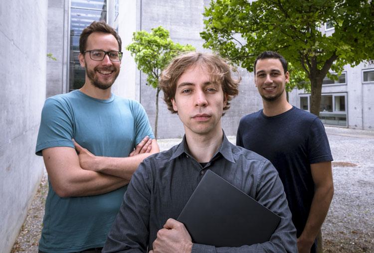 Даниэль Грусс (Daniel Gruss) на фото по центру