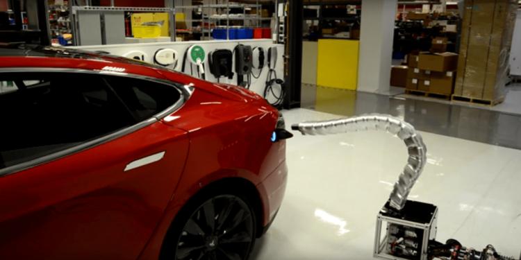 Илон Маск: Tesla не забросила идею роботизированной зарядки в виде металлической змеи