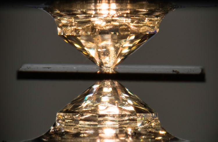 Алмазная наковальня для создания огромнх давлений (между гранями)