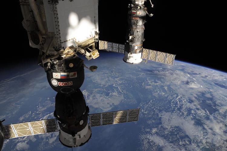 """Роскосмос: экипажу МКС ничего не угрожает, все системы работают нормально"""""""