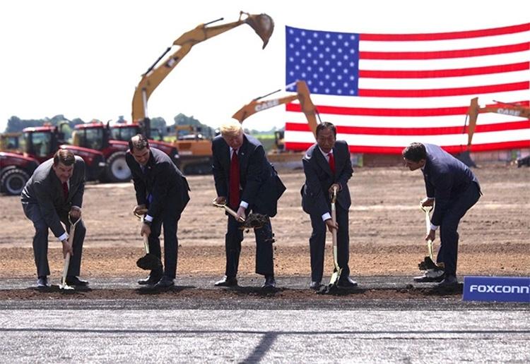 Дональд Трамп открывает строительство завода Foxconn в США