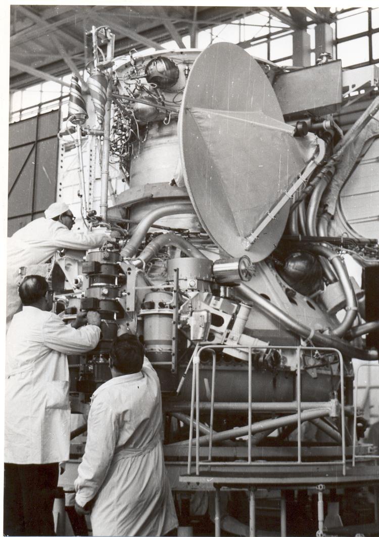 Названная межпланетная станция была запущена 8 июня 1975 года. Для неё был определён широкий спектр научных задач: это проведение исследований по трассе перелёта, с орбиты планеты и на поверхности Венеры.