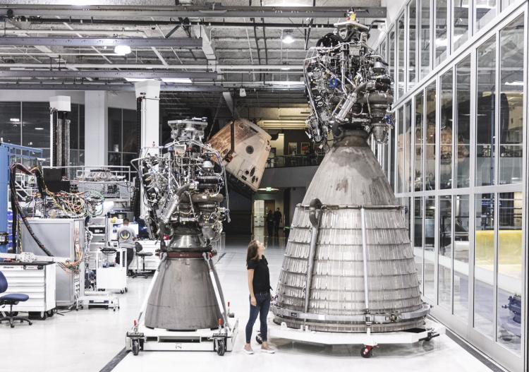 Обычная и вакуумная версии Raptor для Starship рядом с человеком, SpaceX