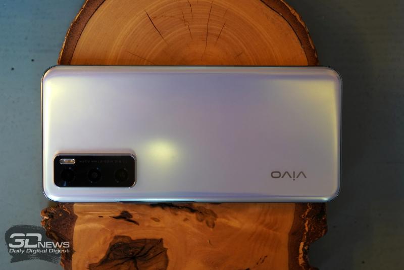 vivo V20 SE, задняя панель: в углу — блок с тремя камерами и двойной светодиодной вспышкой