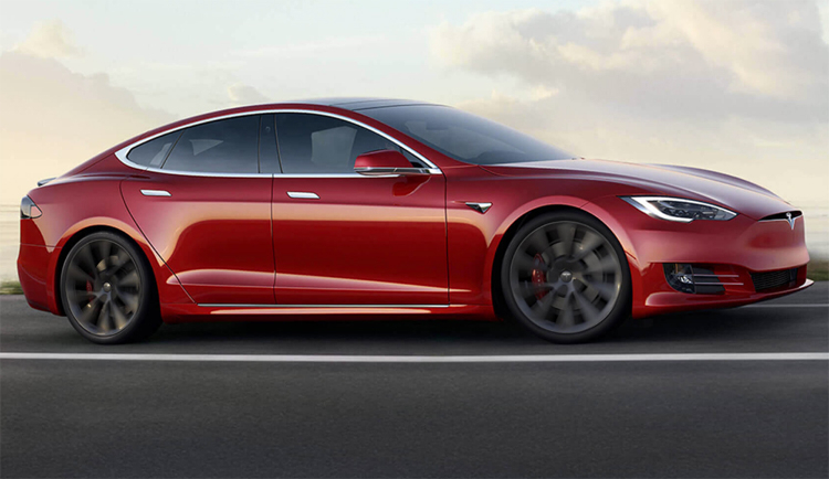 """Водители напуганы автопилотом Tesla: он делает на дороге странные вещи"""""""