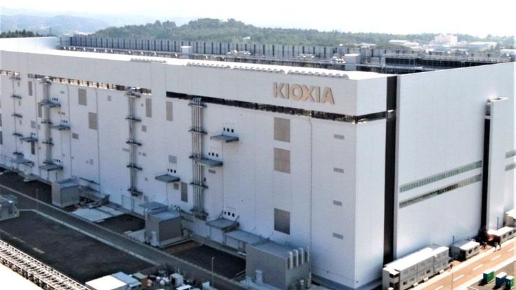 Один из производственных корпусов комплекса Kioxia в Иоккаити