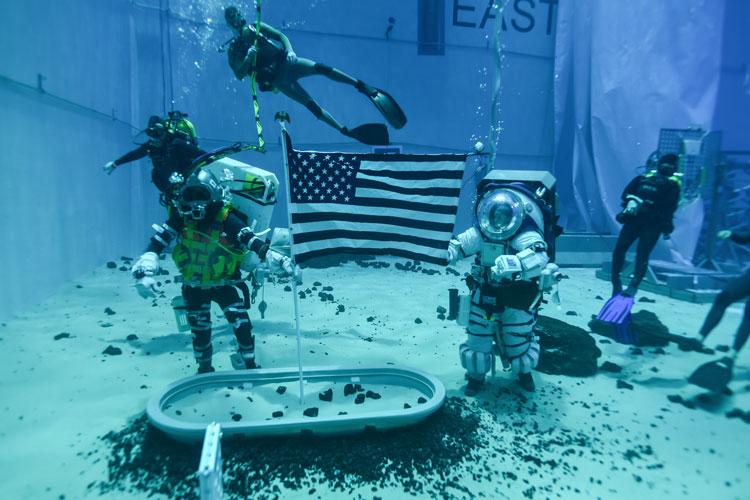 Испытание нового лунного скафандра в бассейне при искусственной невесомости. Источник изображения: NASA