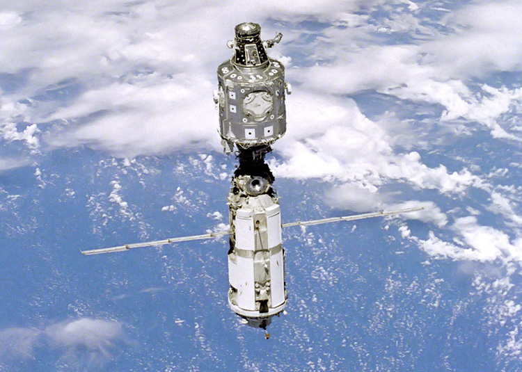 МКС в июле 1999 года. Вверху — модуль «Юнити», внизу — «Заря» (NASA)