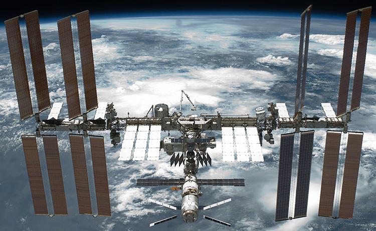 Фото МКС с борта челнока «Индевор», 29 мая 2011 года (NASA)