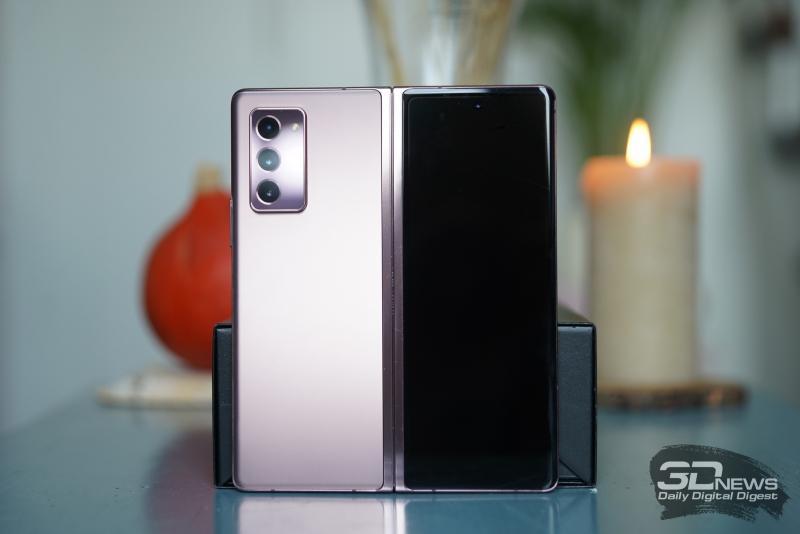 Samsung Galaxy Z Fold2, внешняя поверхность: на одной половине — блок с тремя камерами и одинарной светодиодной вспышкой, на второй — экран с идентичным отверстием для фронтальной камеры и тонкая прорезь разговорного динамика сверху
