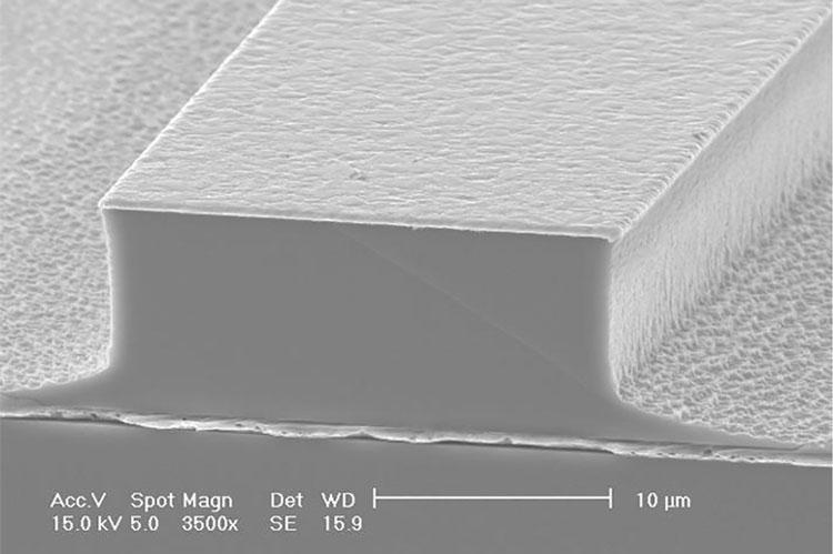 Увеличенное изображение излучающей структуры лазера.