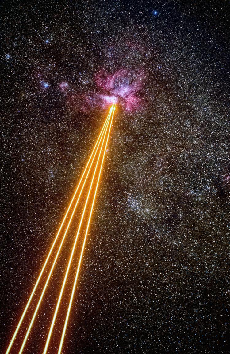 """Фото дня: великолепная туманность под «обстрелом»космических лазеров"""""""