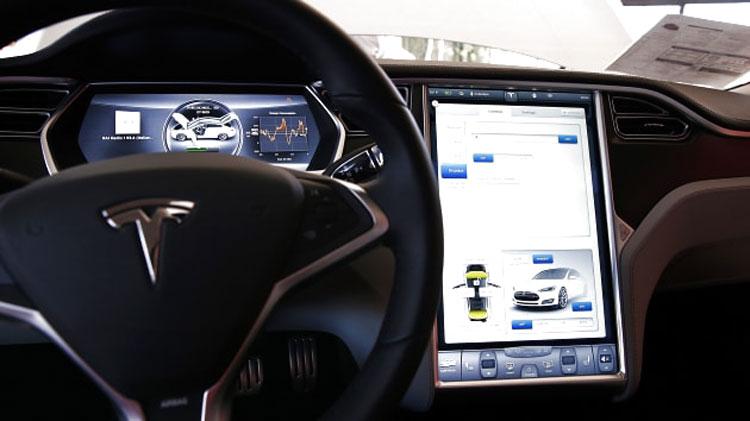 Экран упрапвления операциями в электромобиле Tesla Model S