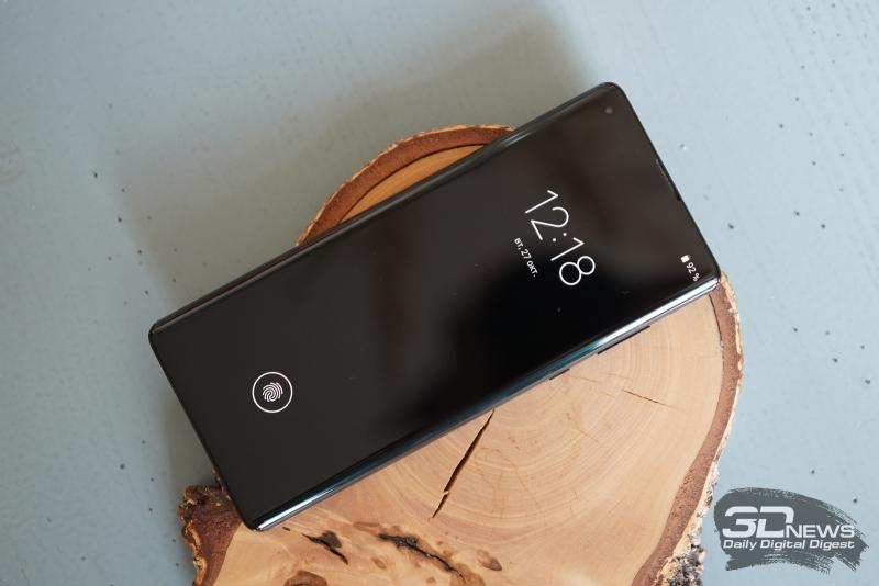 Motorola Edge+, лицевая панель: отверстие с фронтальной камерой в углу экрана, разговорный динамик под верхней кромкой